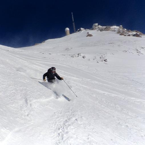 Poudreuse dans la descente à ski du Pic du midi de Bigorre