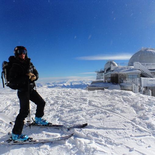 Au sommet du Pic du Midi de Bigorre à ski avec un guide de haute montagne, descente à ski du pic du midi