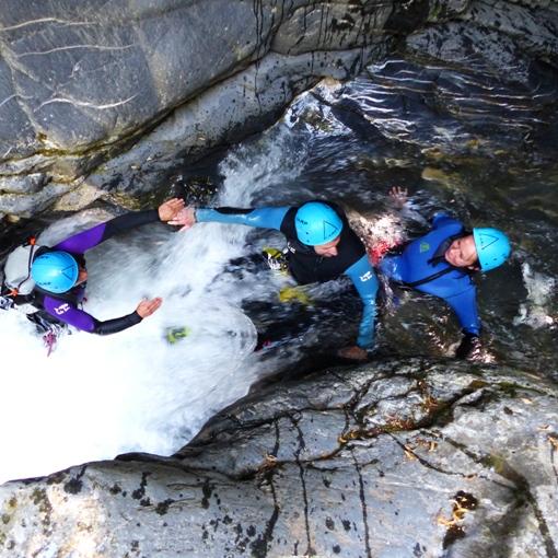 Petite désescalade dans le canyoning du Miraval